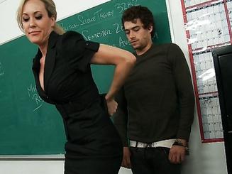 Училка взяла в рот у скромного ученика