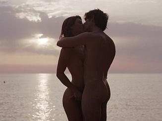 Пылкие любовники на пляже занимаются сексом