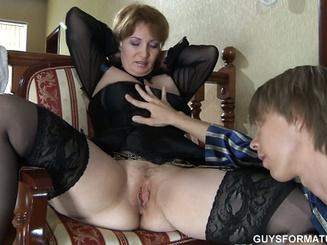 Сынок вставляет член между ног у мамки