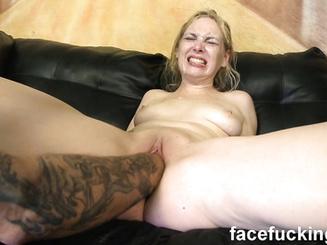 Чувак искусно долбит блондинку после мастурбации