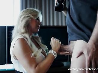 Опытная блондинка наблюдает как кончает любовник
