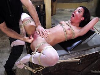 Два мужика издеваются над телкой