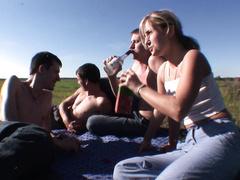 Пьяную шлюху пареньки выебли хором