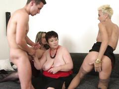 Три зрелые бабетки ебутся с молодым мачо