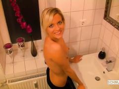 Парень зашел в ванную и отжарил блондинку