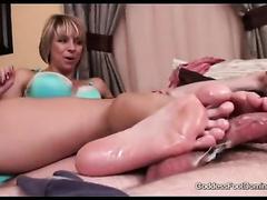 Кончают на ножки красоткам в порно нарезках
