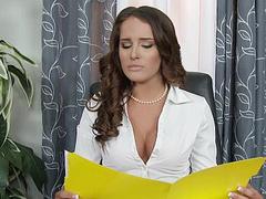 Жестокая Миа заставила паренька лизать ее письку