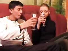 Пьяный братец дал сестренке пососать хуй