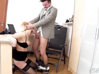 Шеф натолкал секретарше в рот
