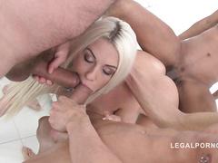 Блондинка ублажает члены трех парней