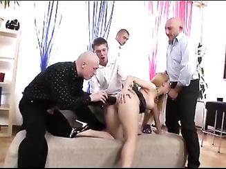 Парни трахают заднюю дырочку длинноволосой девы