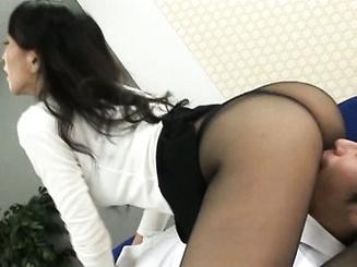Возбужденная секретарша соблазняет шефа