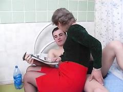 Зрелая Марина пристает к парню