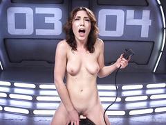 Девушка ублажает мокрую киску секс машиной