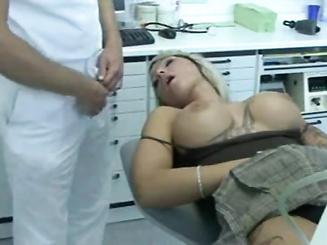 Стоматолог усыпил пациентку и вставил ей хуй в рот