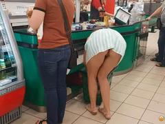 Пришла в магазин за покупками без трусов под юбкой