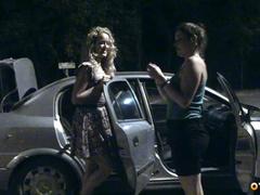 Пьяные голые бляди раздеваются на улице