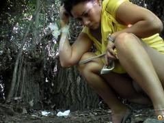 Бойфренд подкрался к писающей тетке в кустах