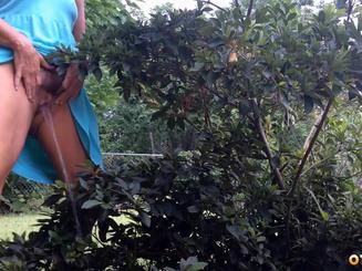 Милфа писает стоя в кустах на дачном огороде