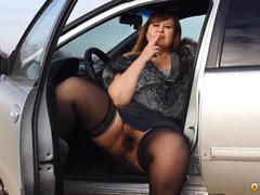 Жирная любовница в колготках и без трусов курит в машине и показывает волосатую половую щель