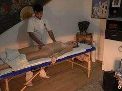 Кавказский массажист развёл взрослую клиентку на секс