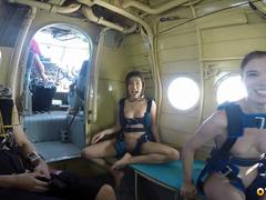 Голые нудисты в самолете готовятся прыгать с парашютом
