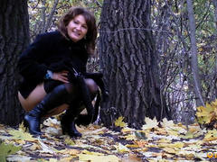 Писсинг зрелой тетки в лесу парка на скрытую камеру