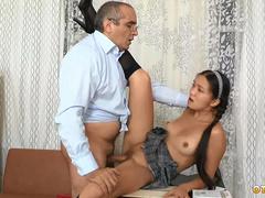 Казашка Рита занимается сексом с преподавателем за сдачу экзамена