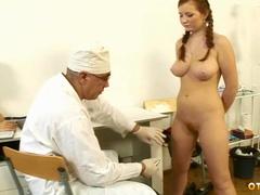 Гинеколог покрывает матом рыжую студентку за слишком волосатую половую щель