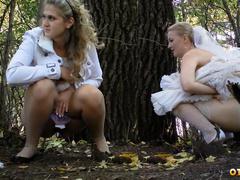 Невеста и ее подруги писают за деревьями