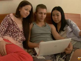 Алевтина Мунконова с подругой ебутся с молоденьким соседом