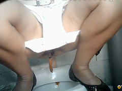 Врачи и медсестры какают на унитазе в туалете больницы