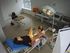 Брюнетка на приёме в кабинете гинеколога. Подглядывание