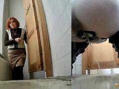 Рыжую учительницу подловили в туалете скрытой камерой