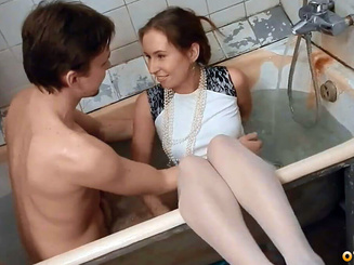 Романтический секс с рыжей подружкой в ванной комнате