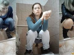 Подглядывание в школьном туалете в Омске