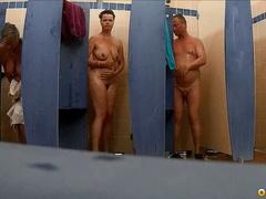 Голые женщины и мужчины нудисты моются в душе вместе