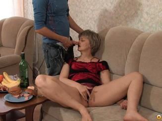 Тетя выпила мартини и раздвинула ноги требуя анального секса