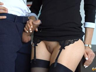 Секретарша дрочит хуец шефу в офисе с приподнятой юбкой без трусов
