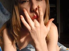 Домашняя малышка мастурбирует шаловливыми пальчиками