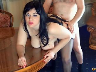 Толстушка домработница ублажает в позе на четвереньках своего хозяина в анальном сексе
