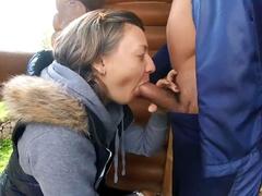 Соседка в деревне отсасывает трактористу любовнику и дает по собачьи