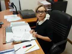 Новая секретарша в очках первый раз облизывает старому начальнику