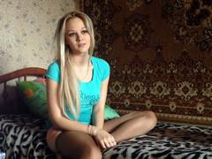 Деревенская симпатичная белокурая девченка долбится на скрипучей диване