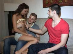 Дружок бесцеремонно пялит интимную дырку подруги своего приятеля