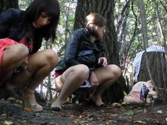 Девки писают в кустах в московском парке Сокольники