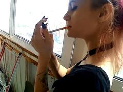 Кавалер чпокает свою брюнетку на балконе пока та курит сигарету