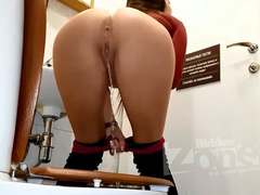 Сексуальная девченка писает на четвереньках в туалете на скрытую камеру