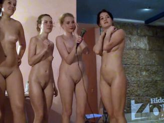 Голые девки подруги в сауне поют в караоке