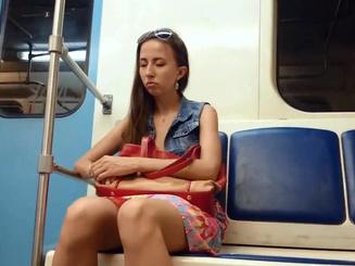 Подсмотрел под юбку спящей девушке в московском метро